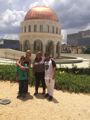 Andressa Urach com a família no templo da igreja em São Paulo (Foto: Divulgação)