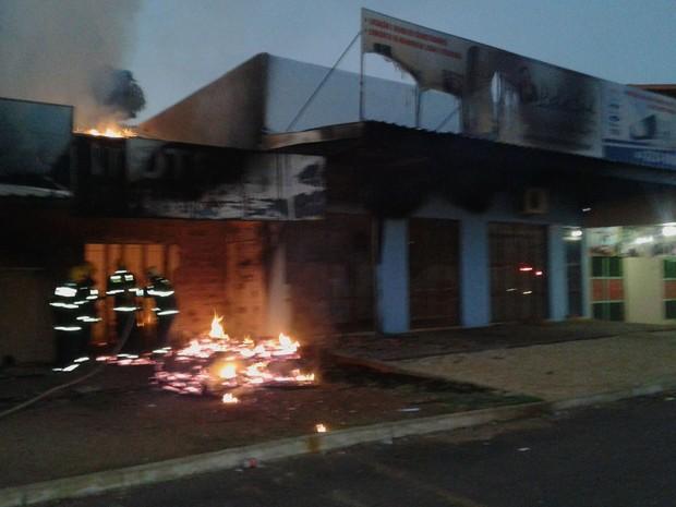 Incêndio atingiu dois estabelecimentos na quadra 904 Sul (Foto: Divulgação)