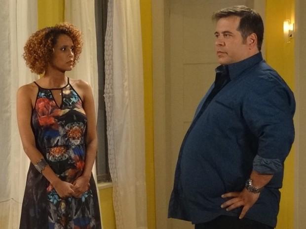 Ao saber que Verônica está grávida de gêmeos, Barata surta e quer assumir suas 'Baratinhas' (Foto: Geração Brasil/TV Globo)