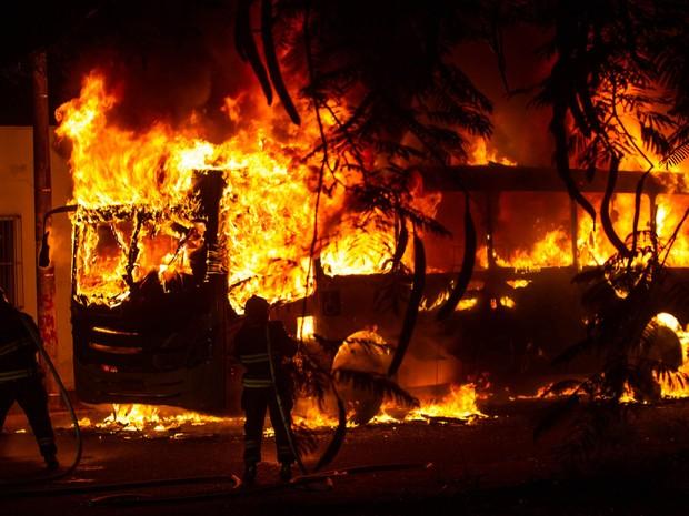 Bandidos ateiam fogo em dois ônibus na noite desta segunda-feira (25), em Ribeirão Preto (SP), em protesto contra a morte de Tiago dos Santos Mazini, que tinha acabado de sair da prisão. Ninguém ficou ferido. (Foto: Alfredo Risk/Futura Press/Estadão Conteúdo)