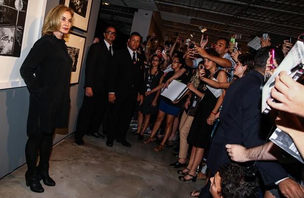Jessica Lange rodeada de fãs (Foto: Manuela Scarpa/Foto Rio News)