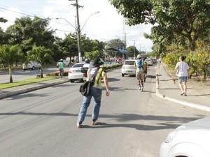 Participantes com skates, patins e a pé sofreram com desníveis de calçadas (Foto: Natália Souza/G1)