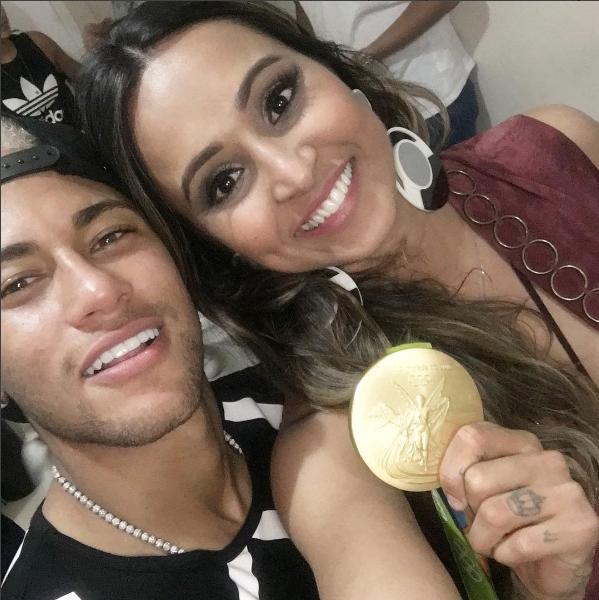 Selfie da atriz Thaíssa Carvalho com Neymar (Foto: Reprodução / Instagram)
