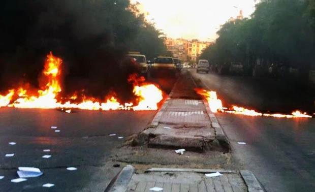 Manifestantes queimam pneus para bloquear rua em Damasco, capital da Síria, nesta quinta-feira (31), durante protesto contra o regime Assad. A foto foi divulgada por uma rede oposicionista (Foto: AFP)