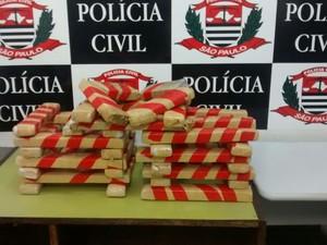Drogas foram encontradas dentro de palafita em Guarujá, no litoral de SP (Foto: G1)