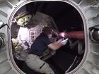 Astronautas flutuam em 1º módulo inflável em estação espacial