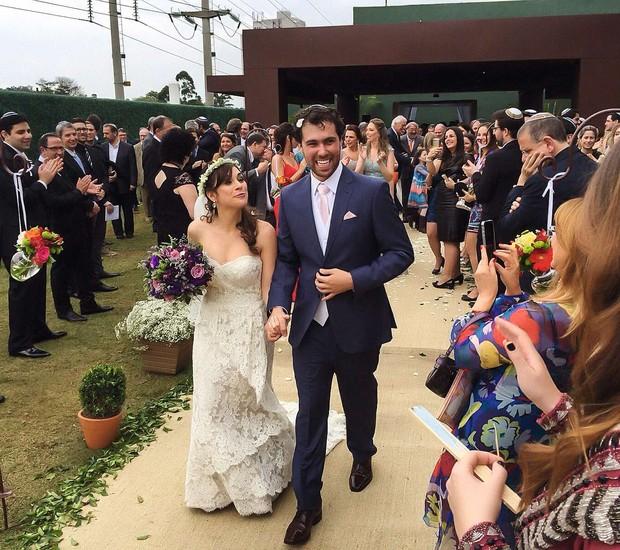 O casal sai da cerimônia sorrindo e dançando (Foto: Coletivo 3)