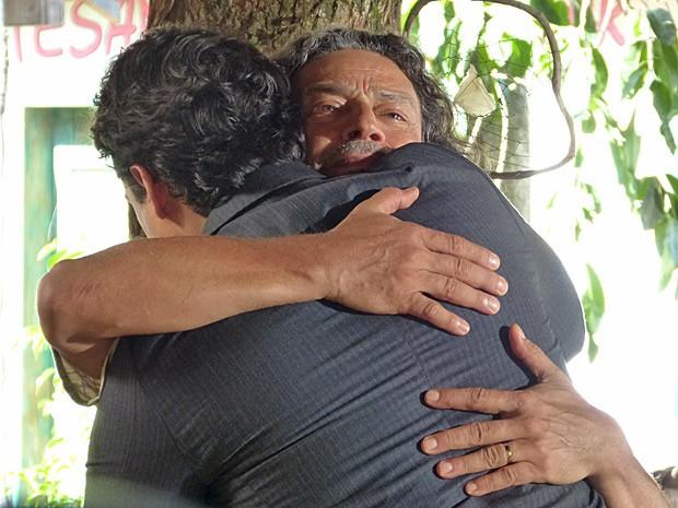 Donato pede um abraço ao filho, que retribui friamente (Foto: Flor do Caribe/TV Globo)