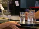 Procon testa água que é servida de graça em restaurantes e bares no Rio