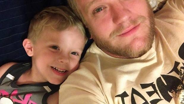 Caiden sorri ao lado do pai (Foto: Facebook)