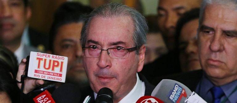 O deputado Eduardo Cunha fala com os jornalistas após renunciar à presidência da Câmara