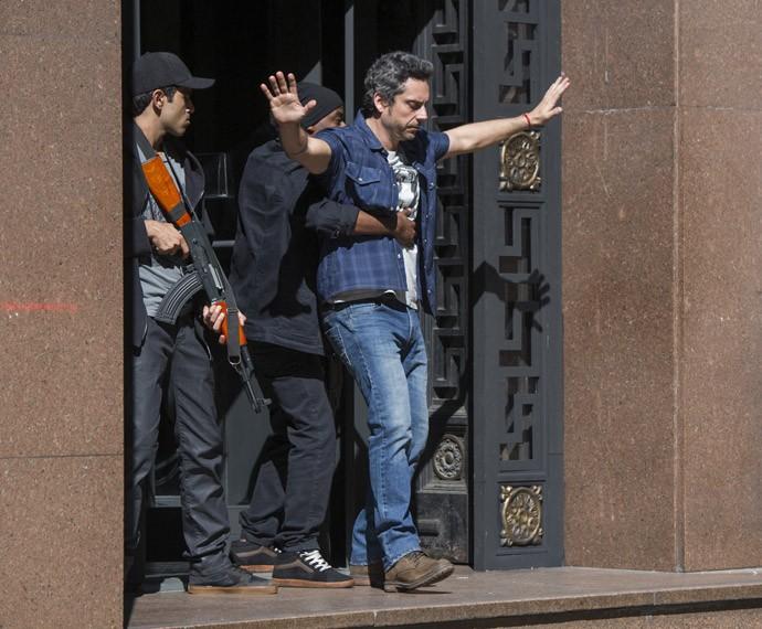 Romero entra como refém para fazer negociação entre bandidos e policiais (Foto: Estevam Avellar / Globo)