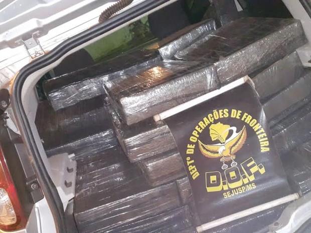 Suspeitos abandonaram carro e polícia apreendeu droga (Foto: Divulgação/ DOF)