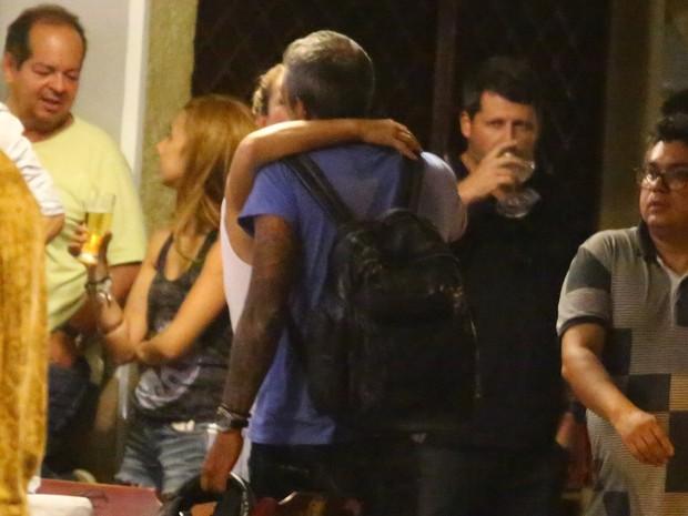 Paolla Oliveira e o namorado, Rogério Papinha, em bar na Zona Sul do Rio (Foto: Ag. News)