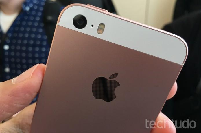 Câmera traseira do iPhone SE tem 12 MP (Foto: Thássius Veloso/TechTudo)
