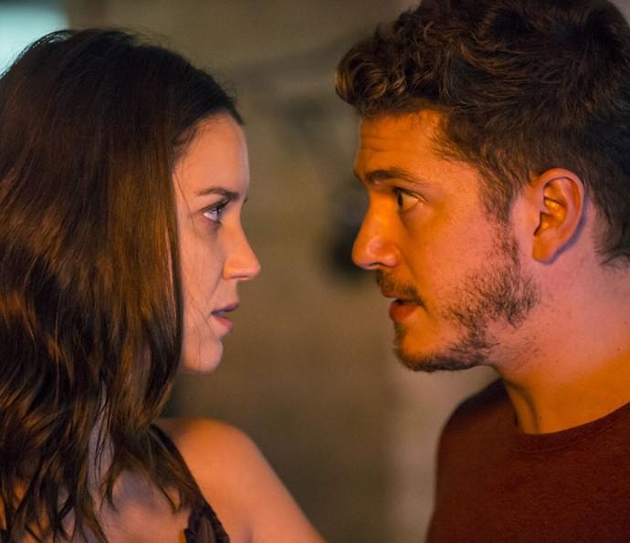 Júlia e Alex ficam cara a cara (Foto: Felipe Monteiro / Gshow)