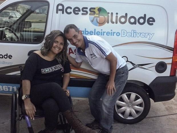 O cabeleireiro José Valente, que transformou uma van em salão de beleza itinerante para atender deficientes do Distrito Federal em casa (Foto: José Valente/Arquivo Pessoal)