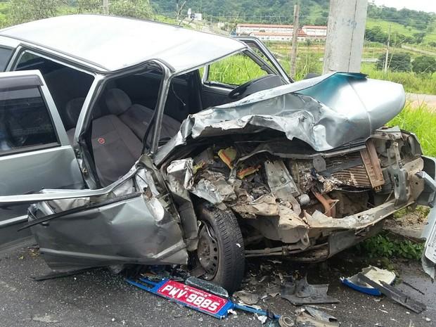 Carro onde adolescente estava como passageira ficou destruído (Foto: PM/Divulgação)