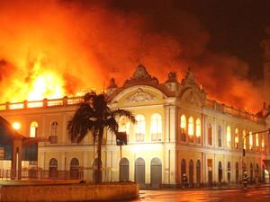 Incêndio atinge os dois andares do Mercado Público em Porto Alegre (Foto: Rhian Dantas/Divulgação)