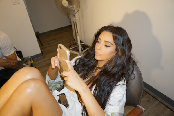 A foto que marcou o retorno de Kim Kardashian às redes sociais (Foto: Facebook)