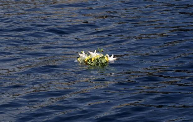 Flores depositadas por parentes de vítimas do Costa Concordia são vistas nesta segunda-feira (13) próximo à Ilha de Giglio, onde ocorreu o naufrágio (Foto: Max Rossi/Reuters)