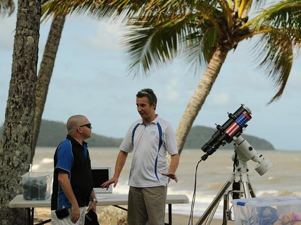 Telescópio fornecido pela Nasa é montado em Palm Cove, em Queensland, na Austrália (Foto: Greg Wood/AFP)