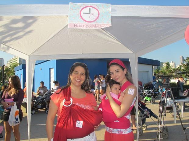 Paola e Marília com as filhas, Marina e Stella, nos carregadores (Foto: Jéssica Bitencourt / G1)