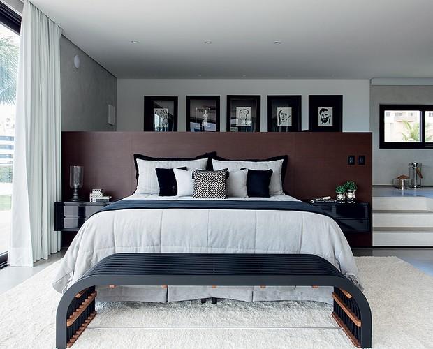 Como fica no pavimento superior, o quarto temjanelas com vista para o mar e, do outro lado, é integrado à área de banho. Móveis da Home Design (Foto: Xico Diniz/Divulgação)