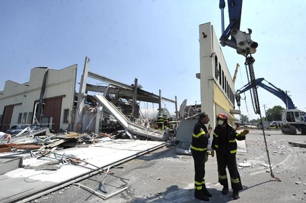 Bombeiros buscam entre escombros de fábrica que ruiu após o terremoro desta terça-feira (29) na cidade italiana de Mirandola (Foto: AP)