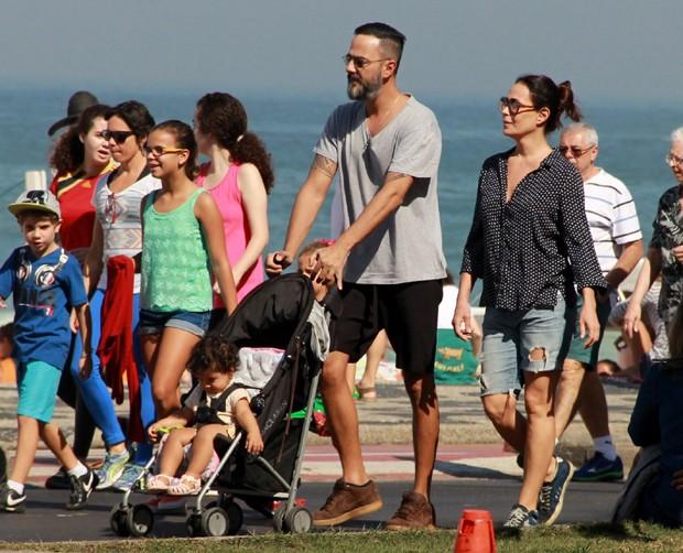Carolina Ferraz com marido e filha (Foto: Delson Silva/AgNews)