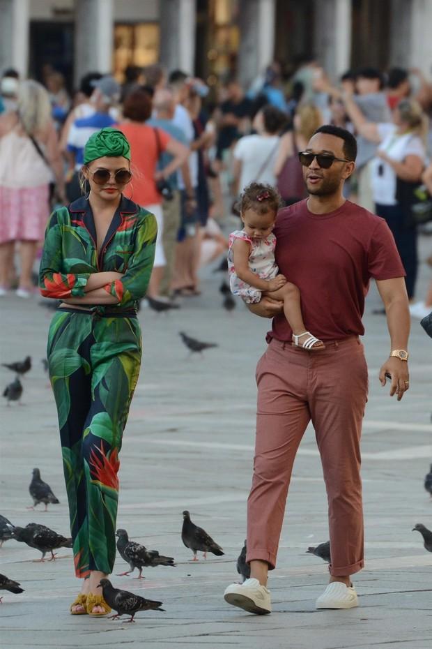 Chrissy Teigen com John Legend e a filha Luna (Foto: AKM-GSI)