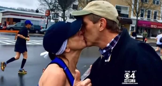 Beijo desconhecido Maratona de Boston (Foto: Reprodução / Twitter)