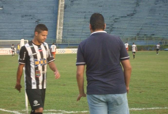 Raphael Toledo é recebido por Alberto Simão após expulsão (Foto: Bruno Ribeiro)