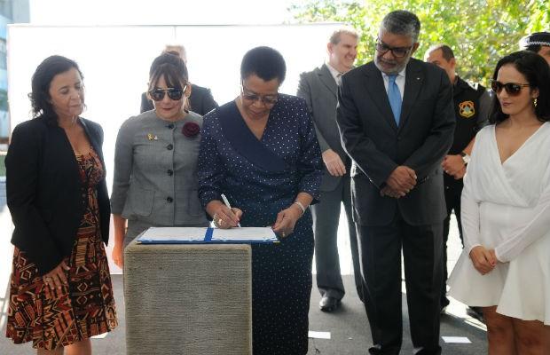 Ativista política Graça Machel assina acordo pela paz em cerimônia no Distrito Federal (Foto: Dênio Simões/GDF)