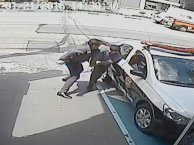 Agressão de policial a comerciante iraniano (Foto: Reprodução/TV Globo)