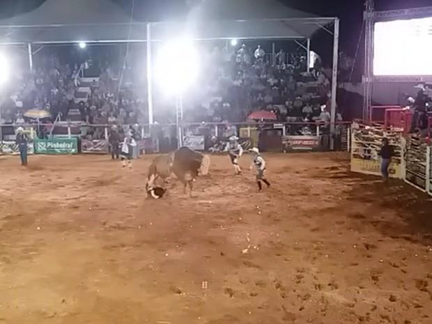 Momento em que o peão é pisoteado pelo touro (Foto: Reprodução / TV TEM)