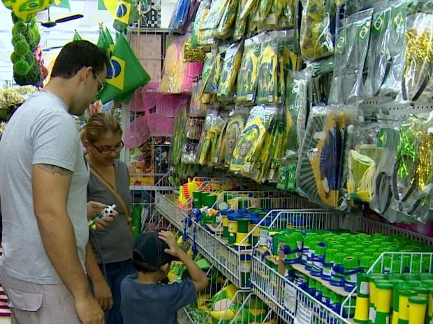 Comércio de Taubaté espera alta de 8% nas vendas para a Copa do Mundo (Foto: Reprodução/ TV Vanguarda)
