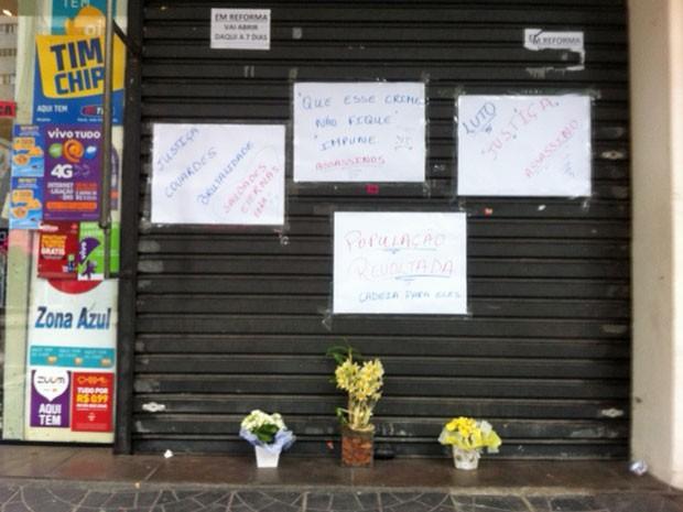 Síndica retirou a série de cartazes e deixou só alguns, com flores embaixo (Foto: Paula Paiva Paulo/G1)