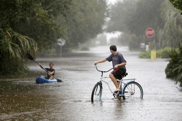 Fortes chuvas provocaram inundações na ilha de Sullivan, na Carolina do Sul, neste sábado (Foto: Mic Smith/AP)