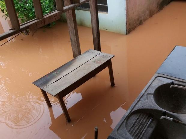 Água entrou em diversas residências em Teófilo Otoni, cerca de 30 casas desabaram (Foto: Gez Botelho/ Arquivo Pessoal)