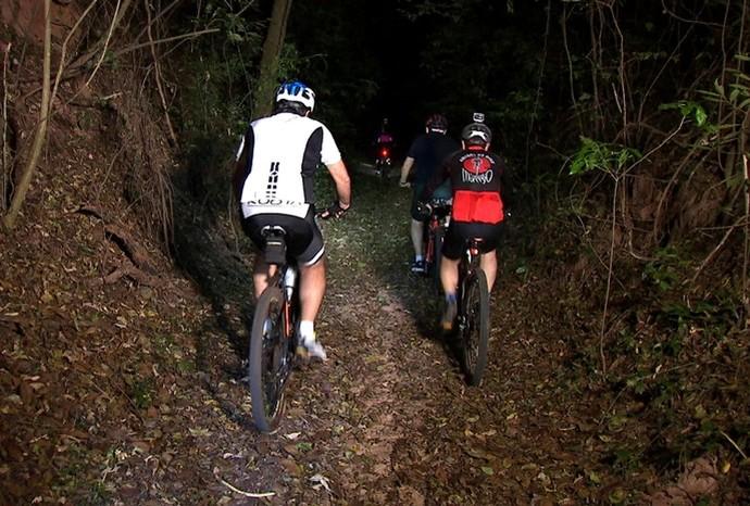 Marcão acompanhou a pedalada noturna com o 'Comando Morcego' em São Manuel (Foto: Reprodução / TV TEM)