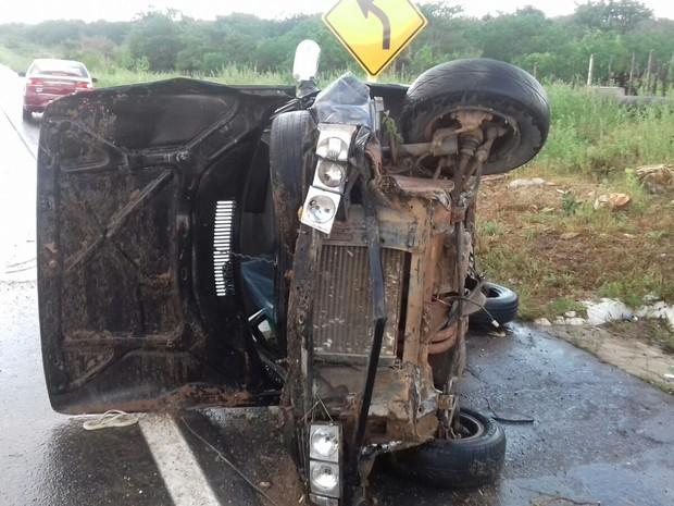 Carro saiu da pista e capotou, segundo informou a PRF (Foto: Divulgação/Ascom PRF)