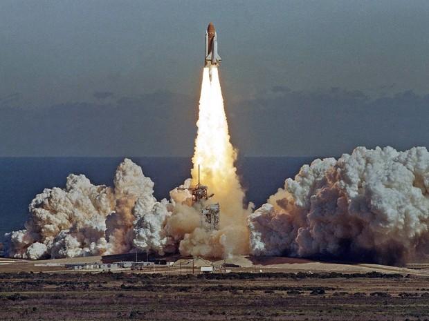 Foto divulgada pela NASA mostra a tripulação que morreu na explosão da Challenger, em 28 de janeiro de 1986. A partir da direita, abaixo, Michael J. Smith, Francis R. (Dick) Scobee e Ronald E. McNair. Na fila de cima, Ellison Onizuka, Christa McAuliffe, G (Foto: AP Photo/Thom Baur)