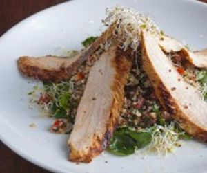 Salada com mix de quinoa ao curry e frango marinado