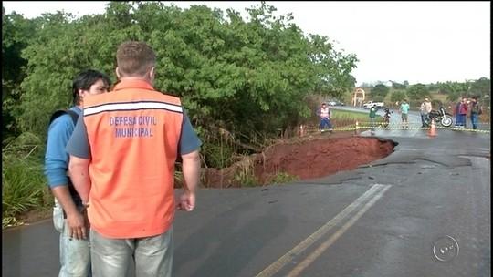 Asfalto cede após chuva e cratera deixa trecho de rodovia interditado
