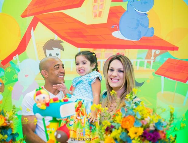 BLOG: José Aldo comemora 4 anos da filha com selinho em festança