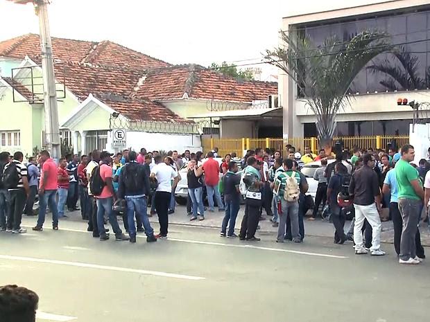 Fila se formou na frente da empresa de segurança particular (Foto: Reprodução / TV Mirante)