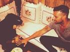 Ricky Martin faz tatuagem de henna durante viagem em Abu Dhabi