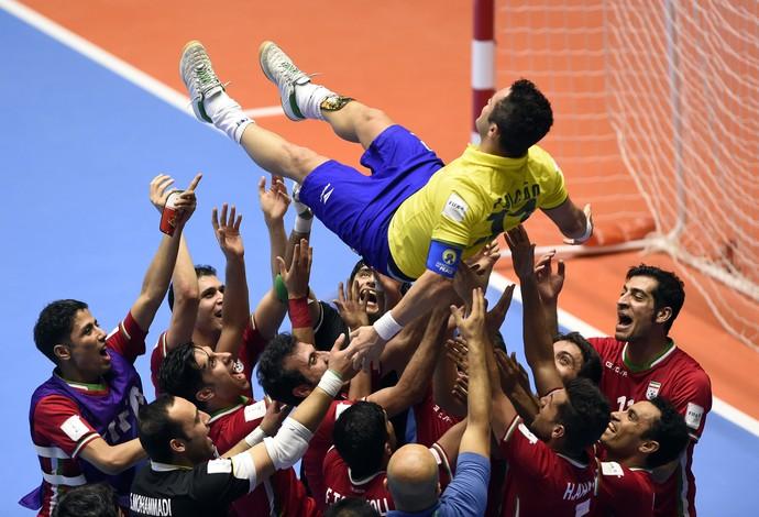 Jogadores Irã levantam Falcão Copa do Mundo futsal (Foto: Guillermo Legaria / AFP)