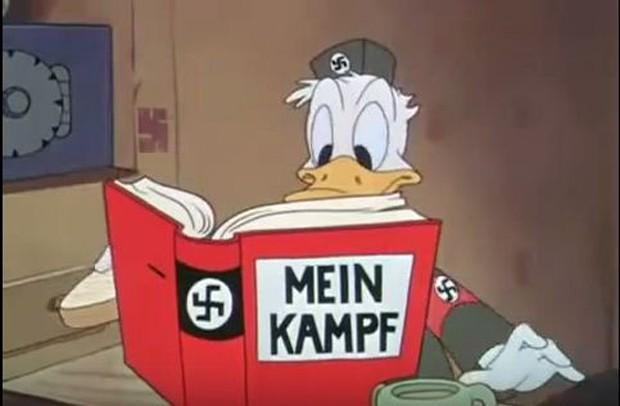 Donald lê o livro 'Mein Kampf', de autoria de Hitler   (Foto: Reprodução)